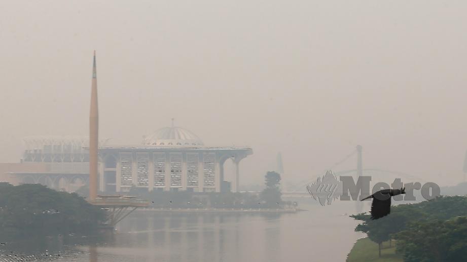 PEMANDANGAN di Putrajaya berjerebu dengan bacaan IPU 202 (sangat tidak sihat) ketika dirakam pada jam 10 pagi. FOTO Ahmad Irham Mohd Noor.