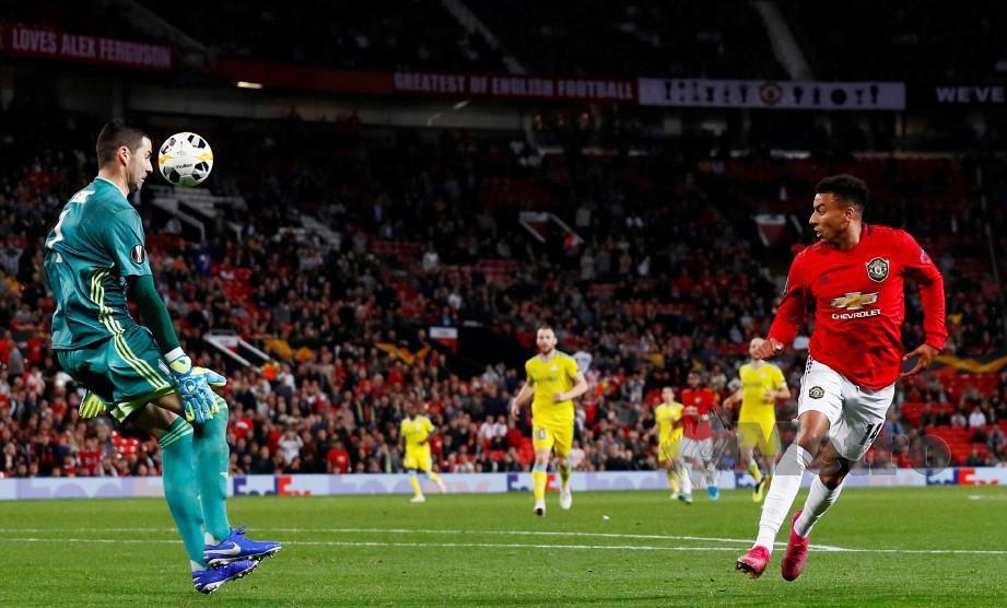 LINGARD (kanan) gagal menyudahkan peluang sekalipun hanya berdepan penjaga gol Astana, Nenad Eric, awal pagi semalam. — FOTO Reuters