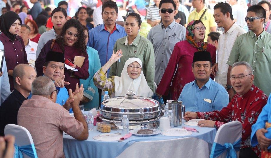 DR Wan Azizah (tengah) hadir ke Rumah Terbuka Aidilfitri DUN Kajang, semalam.