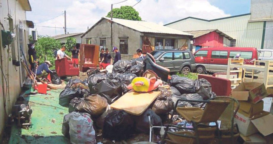 JABATAN kebajikan daerah hantar 30 sukarelawan bersihkan rumah itu.