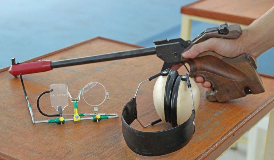 PERALATAN asas menembak yang digunakan Johnathan.
