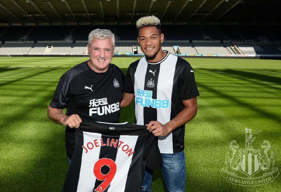 JOELINTON (kanan) bersama pengurus Newcastle, Steve Bruce selepas menandatangani kontrak awal pagi tadi. — FOTO Newcastle United