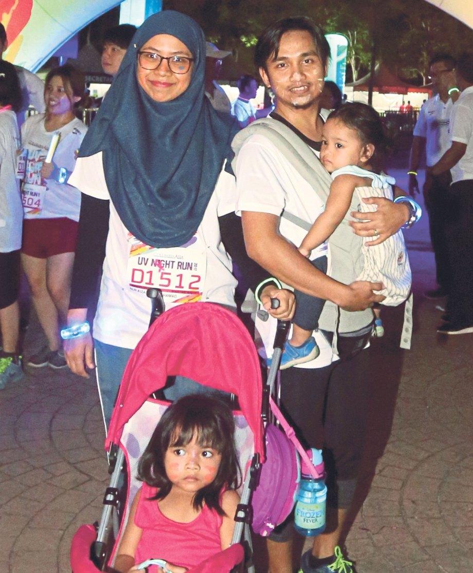 NUR AIZA dan suami gembira dapat sertai larian walaupun perlu membawa anak.