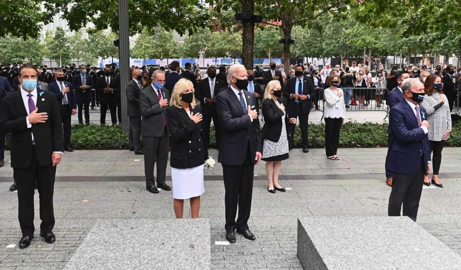 JOE Biden (dua kanan) bersama isterinya  menghadiri ulangtahun serangan 9/11 di Memorial 9/11, New York. FOTO AFP
