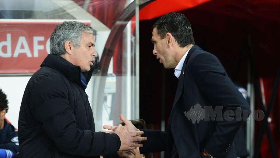 Poyet (kanan) bersalaman dengan Mourinho. FOTO Agensi