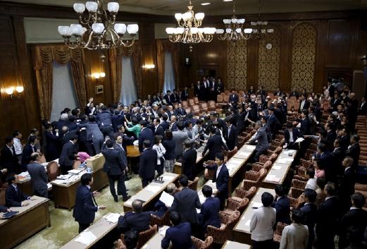 Ahli Parlimen meninggalkan kerusi menyerbu Speaker Yoshitada Konoike sama ada mahu merebut pembesar suara bagi menghalangnya meneruskan undian rang undang-undang atau untuk melindunginya. - Foto REUTERS