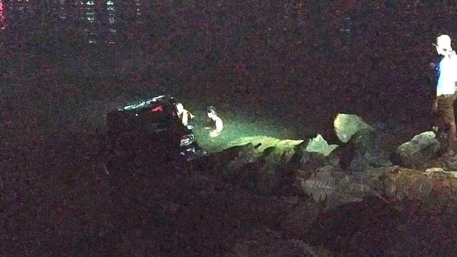 PASUKAN penyelamat mengeluarkan mangsa dari keretanya. FOTO Juwan Riduan