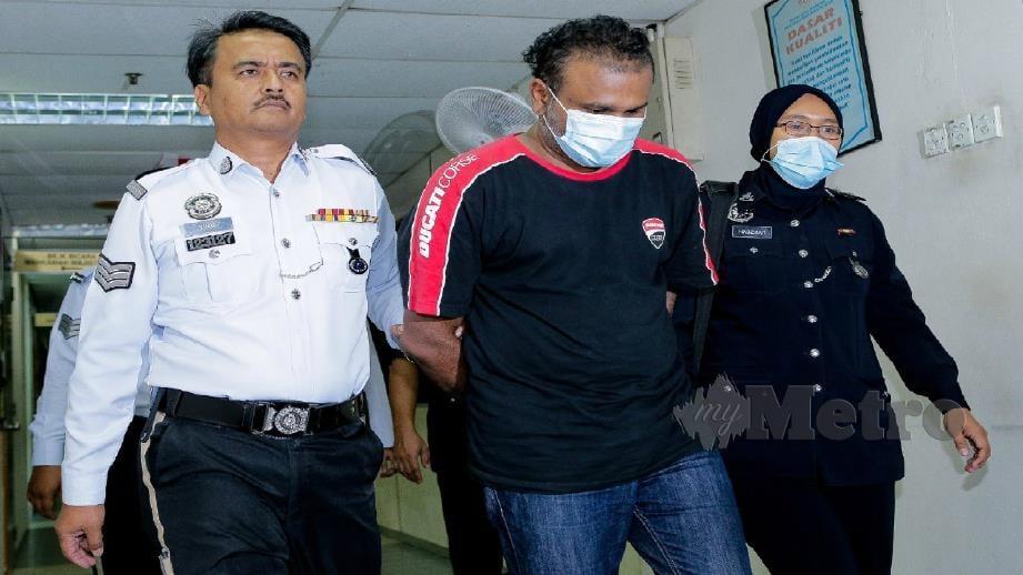 Surintheran diiringi polis ketika dibawa ke Mahkamah Majistret Ampang, Kuala Lumpur hari ini. Foto Asyraf Hamzah