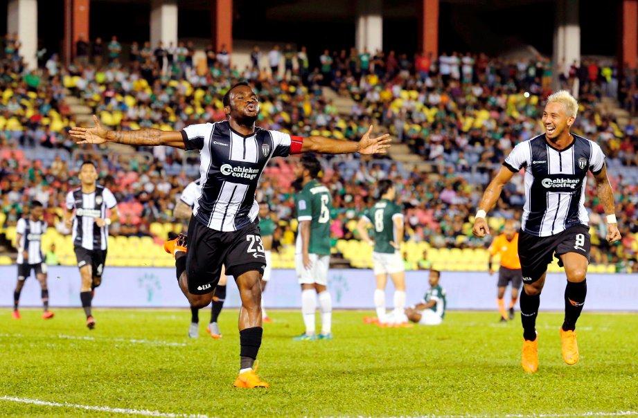 KIPRE (kiri) meraikan jaringan gol pertama ketika menentang Melaka United di Stadium Hang Jebat, Krubong. -Foto RASUL AZLI SAMAD