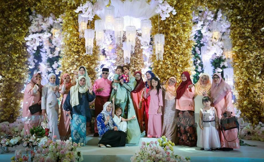 BERSAMA ahli keluarga. FOTO Rosela Ismail
