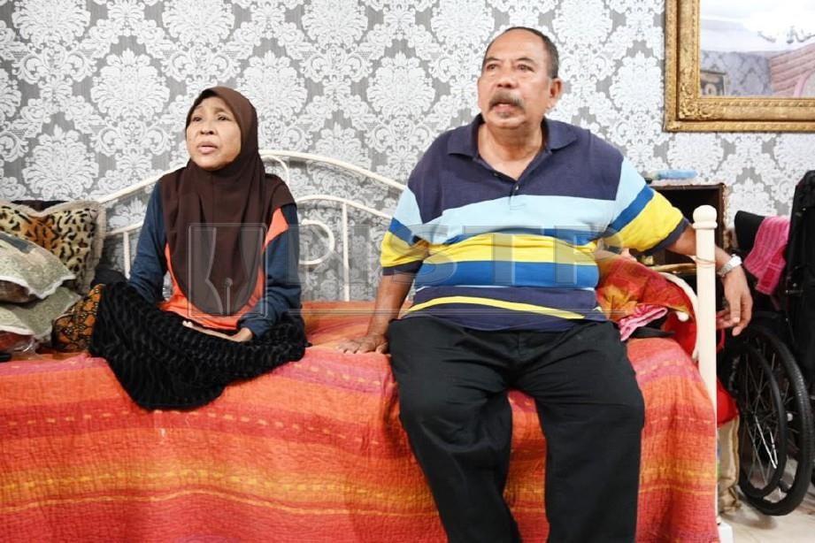 Sawiah (kiri) yang kudung kedua-dua kaki akibat kencing manis bersama suaminya, Mas Omar. FOTO/Salimey Abu Bakar
