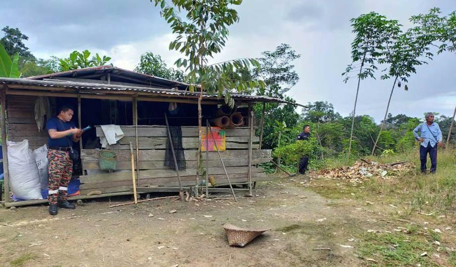 PONDOK kecil tempat Patrcik Igih ditinggalkan oleh bapa dan datuknya di kawasan ladang kelapa sawit. FOTO Ihsan bomba