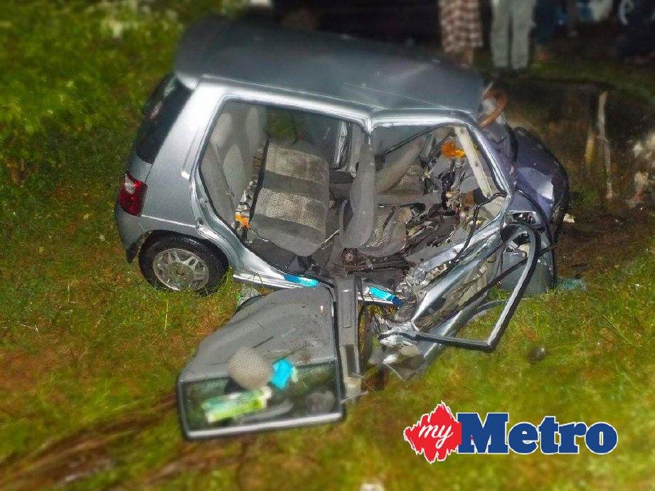 Kereta mangsa, S Ramesh remuk dalam kemalangan yang meragut nyawanya. FOTO ihsan PDRM