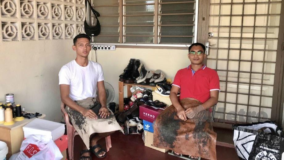 ABDUL Ghafur Hanafiah melatih Mohamed Abdul Hakam cara membaiki kasut. FOTO Ihsan Mohamed Abdul Hakam dan Abdul Ghafur Hanafiah