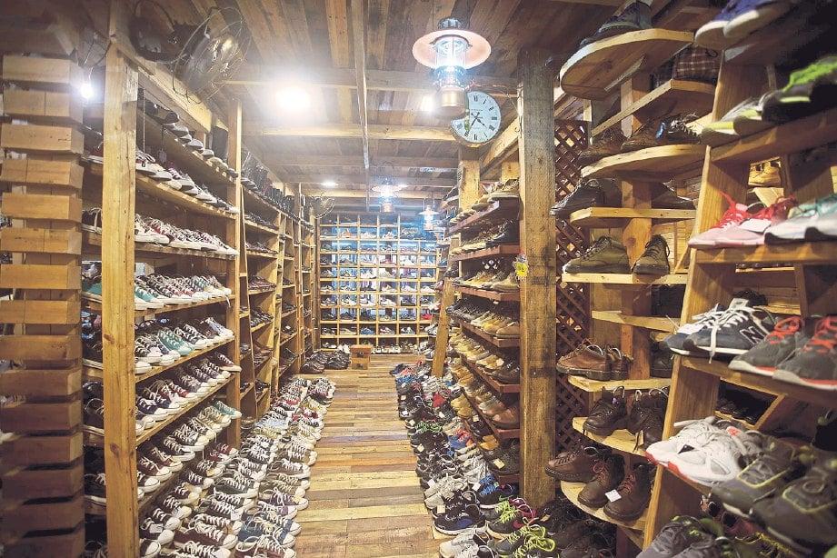 BUNDLE Ayoasia menampilkan pelbagai jenis rak kasut yang ditempah khas menggunakan material kayu palet.