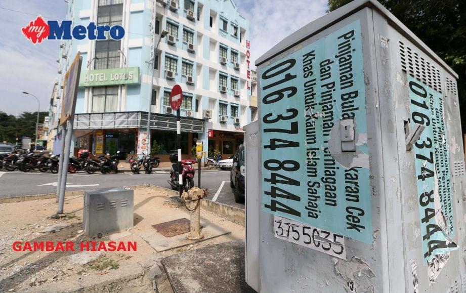 Iklan haram yang masih ditampal secara berleluasa di bandar Seremban. FOTO arkib NSTP