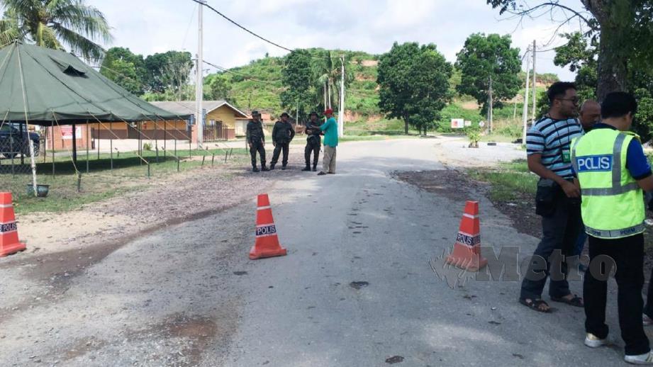 Anggota PGA melakukan kawalan di Ladang Aring 10, jalan ke perkampungan Orang Asli Kuala Koh selepas laluan ke perkampungan itu ditutup. FOTO Syamsi Suhaimi