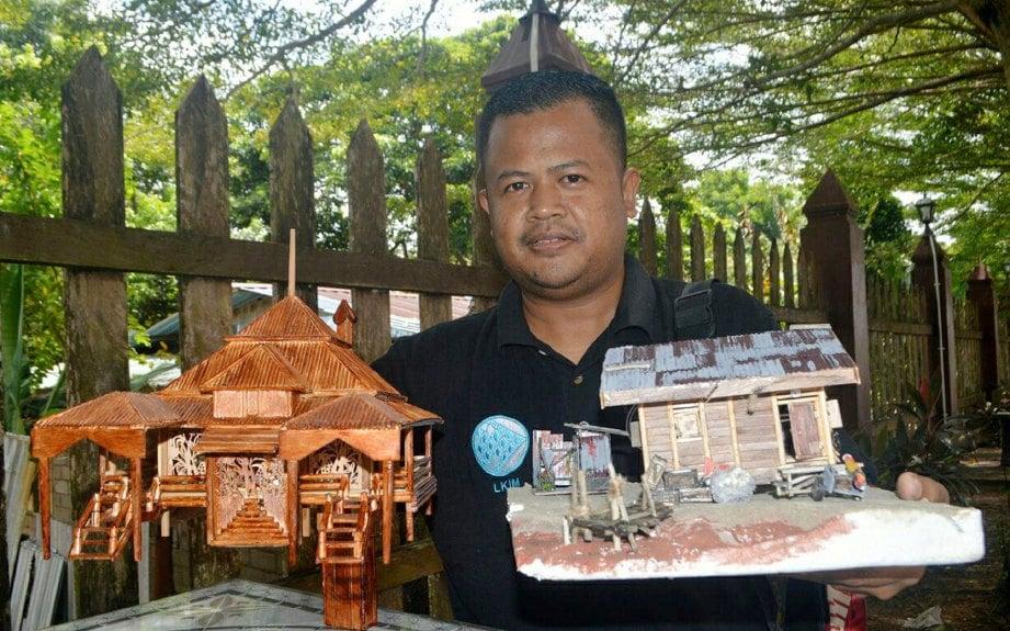 Mohd Ihsan Menunjukkan Koleksi Masjid Kayu Seberang Jertih Diperbuat Dari Lidi Dan Rumah Nelayan Menggunakan Batang Aiskrim