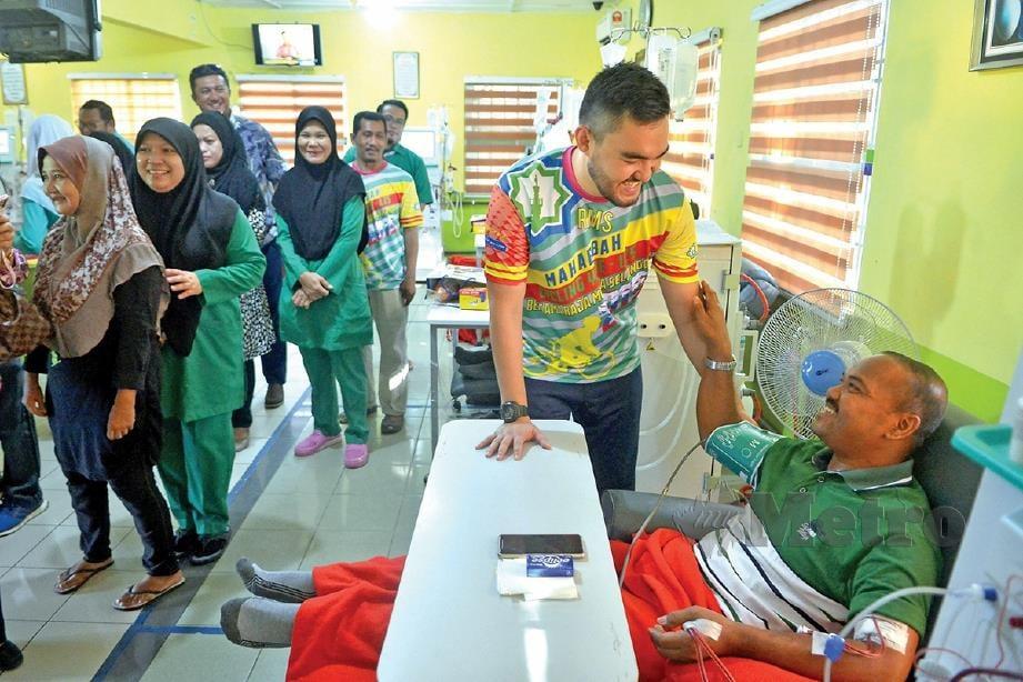 TENGKU Amir Shah beramah mesra dengan pesakit buah pinggang di pusat hemodialisis.