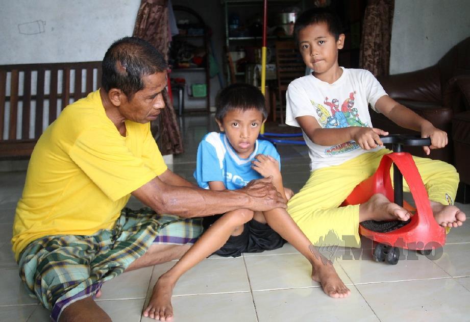 MOHD NOR FEZAN  bersama dengan Mohammad Hakimi (dua kiri) dan Mohammad Hamzi. FOTO Nik Abdullah Nik Omar