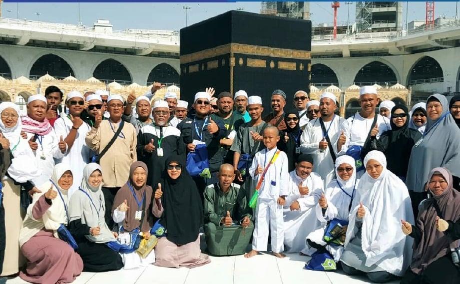 SEBAHAGIAN jemaah bergambar di hadapan Kaabah sebelum melaksanakan tawaf widak.