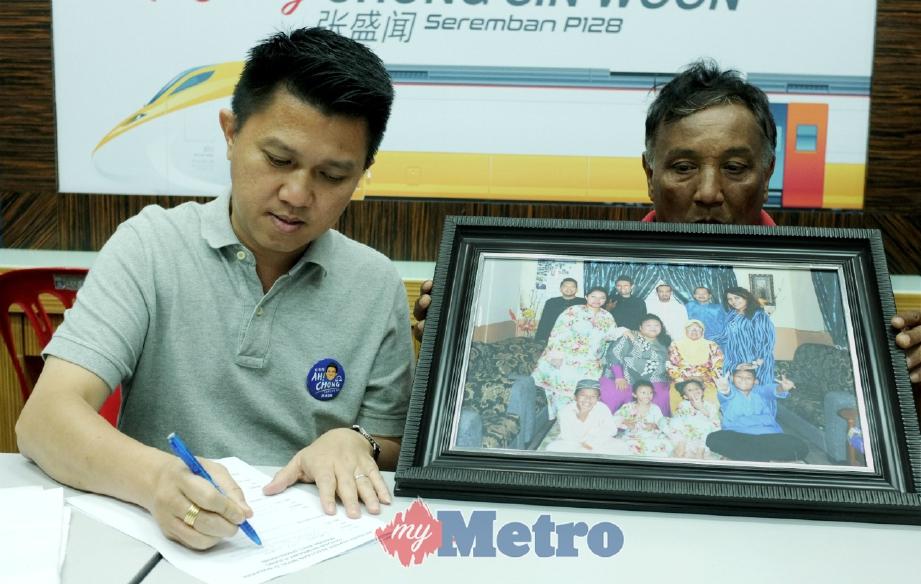 CHONG (kiri) menurunkan tandatangan bagi menyokong petisyen rayuan membawa pulang anak perempuan Jamaluddin pada sidang media di Bilik Gerakan MCA Parlimen Seremban, hari ini. FOTO Hasriyasyah Sabudin