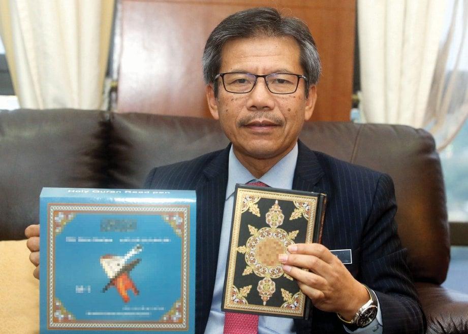 ALWI menunjukkan mushaf al-Quran yang melalui proses pemantauan KDN. FOTO Mohd Fadli Hamzah.
