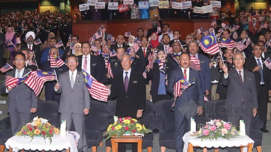 Muhyiddin serta kakitangan KDN menyanyikan lagu patriotik pada majlis Perhimpunan Bulanan Kementerian Dalam Negeri. FOTO Mohd Fadli Hamzah