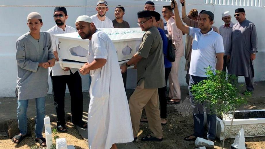 Jenazah arwah selamat dikebumikan di Tanah Perkuburan Islam Lemal pagi tadi. FOTO Syaherah Mustafa