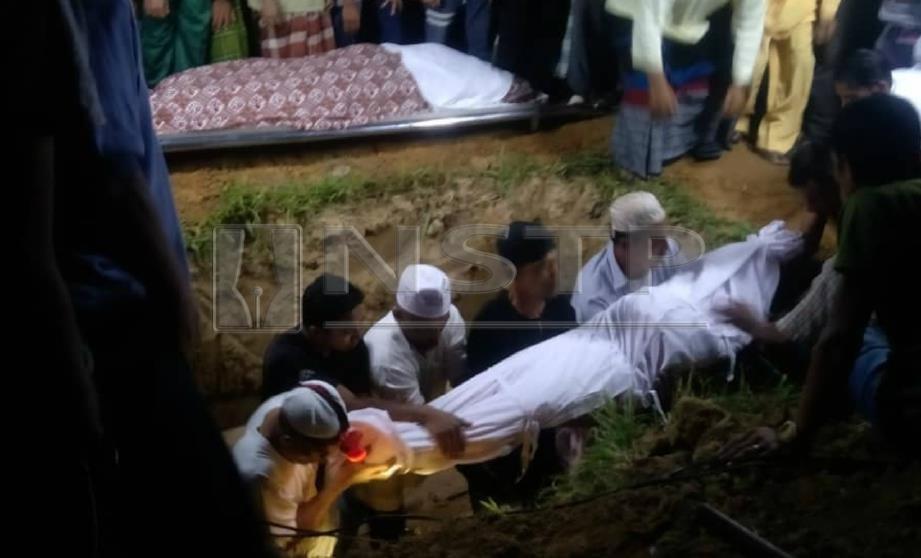 JENAZAH tiga mangsa lemas dikebumikan dalam satu liang lahad di Tanah Perkuburan Islam Masjid Kampung Tong Pelu,Pedu, Padang Terap, malam tadi. FOTO ihsan pembaca.