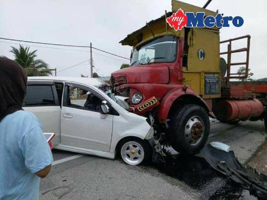 Kemalangan yang mengorbankan pemandu Perodua Alza di Kilometer 39.3 Jalan Ipoh - Kuala Kangsar, pagi tadi. FOTO ihsan pembaca