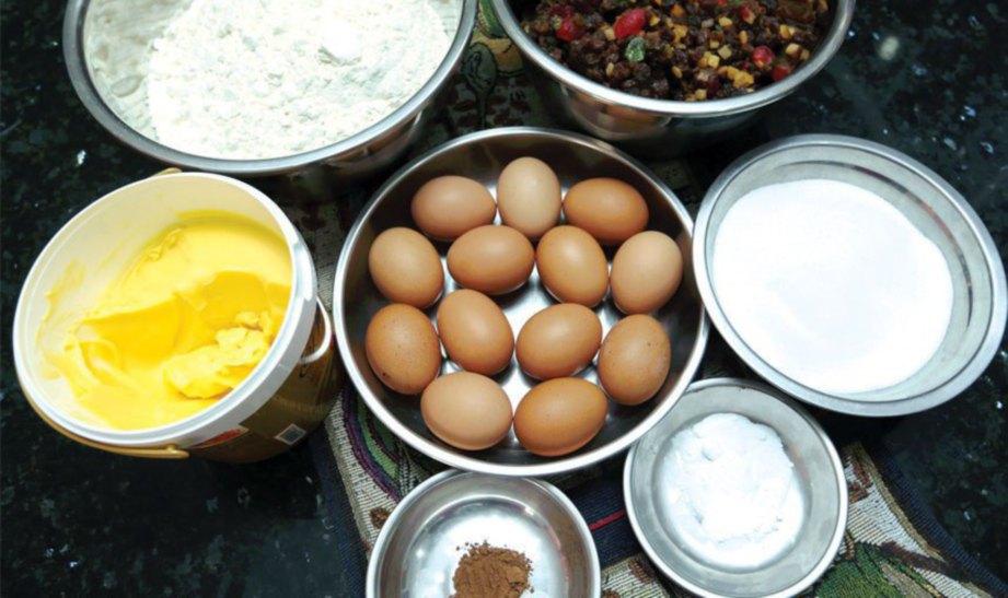 1. BAHAN utama kek buah kukus tepung, telur, gula, buah-buahan campuran, esen vanila dan soda bikarbonat.