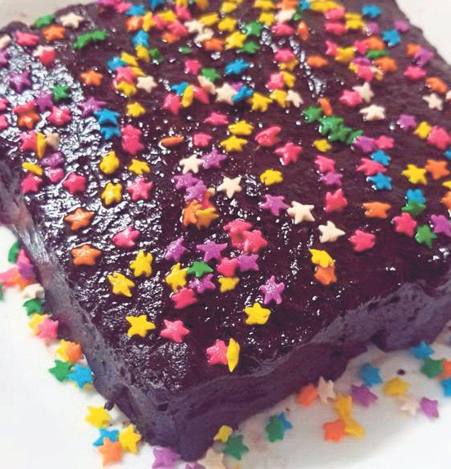 9. TABUR gula manik sebagai hiasan.