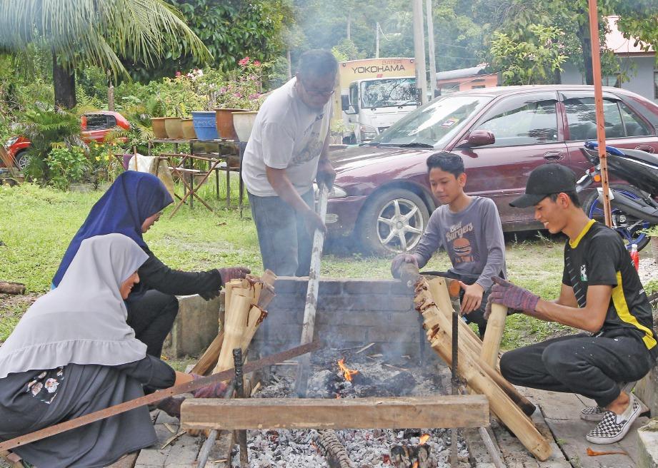 KEMERIAHAN memasak kelamai terutama ketika Ramadan dan Syawal. FOTO & VIDEO  Sharul Hafiz Zam