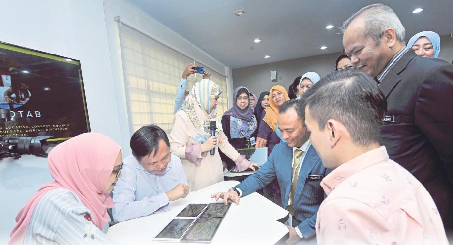 """MENTERI Pendidikan, Dr. Maslee Malik (duduk kanan) pada sesi lawatan ke """"Putra Future Classroom"""" di Universiti Putra Malaysia. FOTO Khairul Azhar Ahmad"""