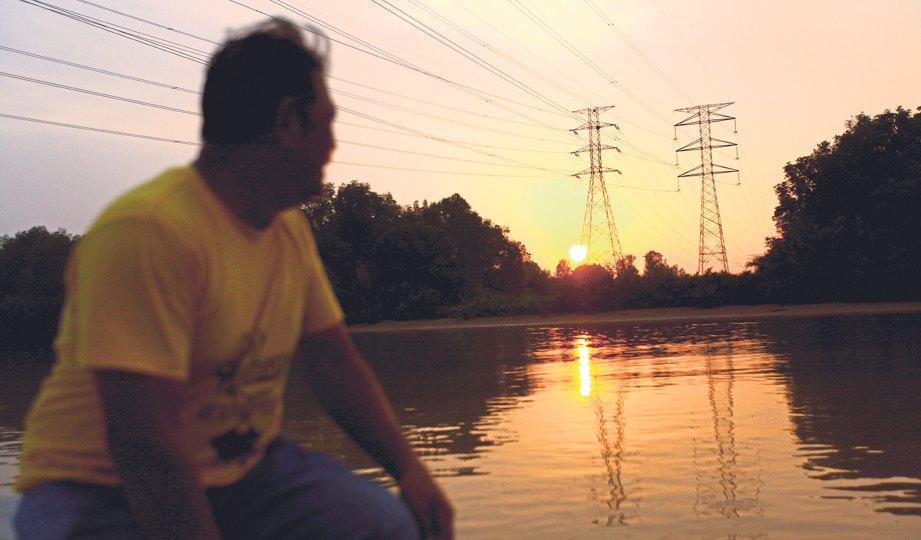 PEMANDANGAN senja di sungai yang menarik untuk dirakam.