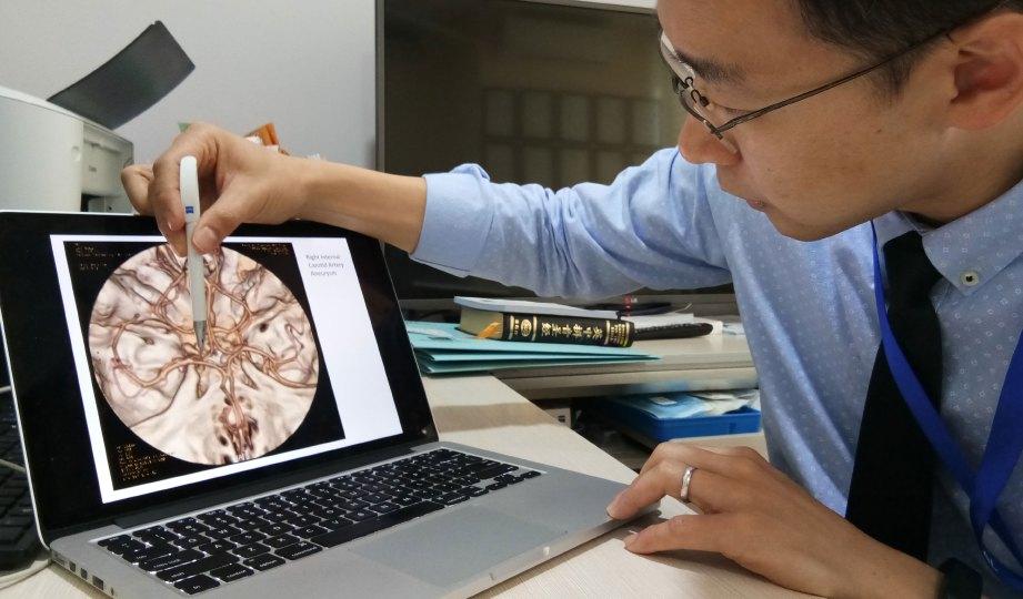 DR Ong menunjukkan keadaan pesakit menghidap ptosis.