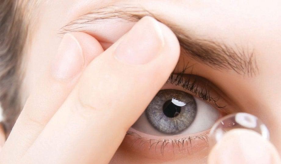 TABIAT menarik kelopak mata ketika mengenakan kanta lekap boleh mendedahkan individu kepada ptosis