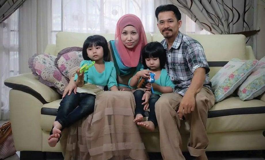 AMERUDIN dan Noor Zalia bersama anak kembar mereka.