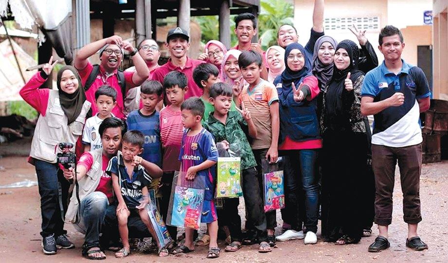KEMBARA Qurban Kemboja VTM 2017 bersama sukarelawan dan murid sekolah.