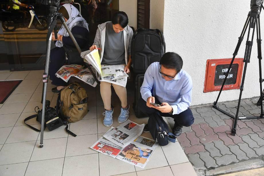 KREW Fuji TV dari Jepun antara yang membuat liputan kemalangan pemain badminton nombor satu dunia Kento Momota di Hospital Putrajaya. FOTO BERNAMA