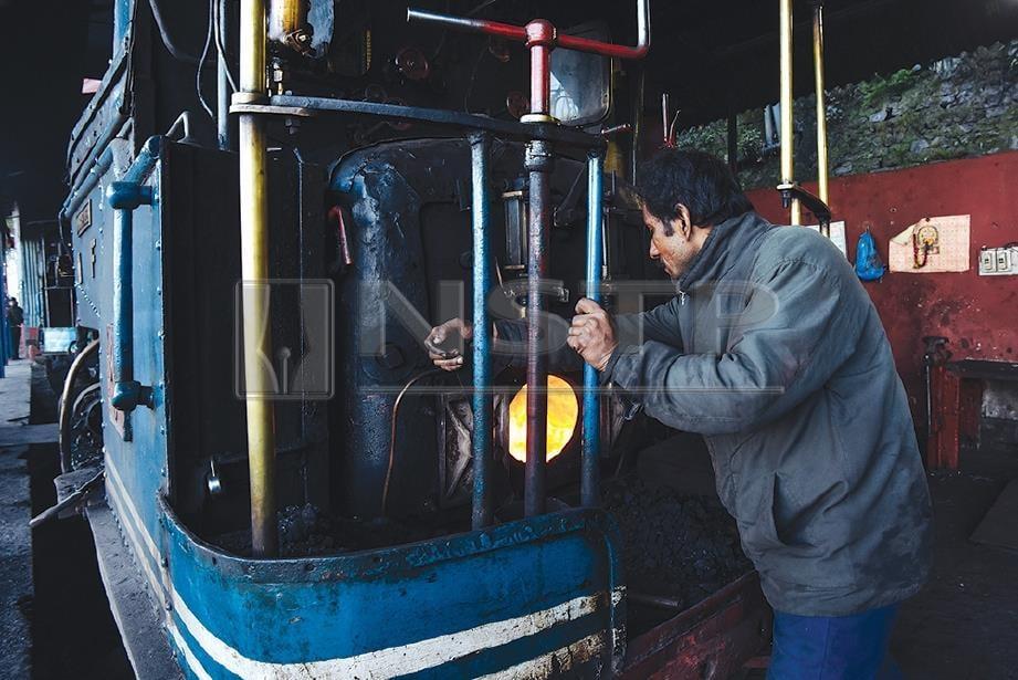 PEKERJA 'menyiapkan' lokomotif sebelum memulakan perjalanan. FOTO Wazari Wazir