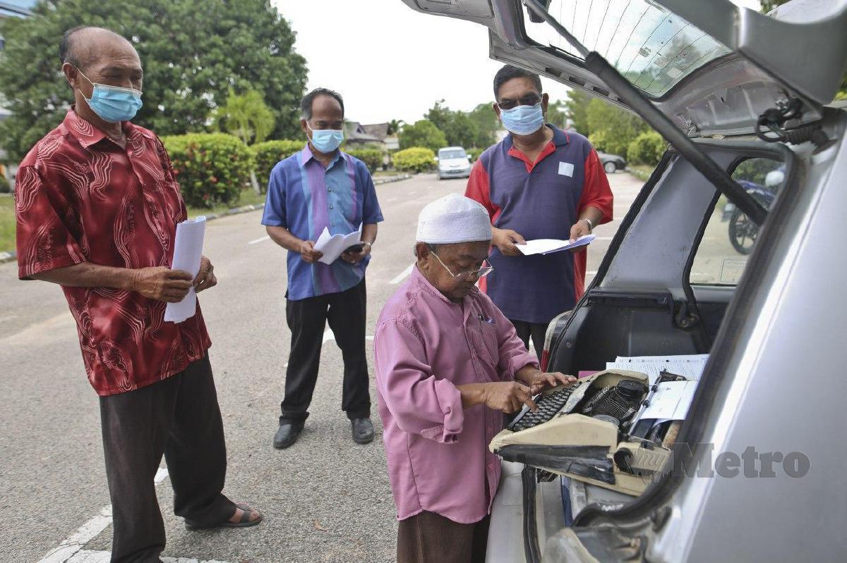 KESERI masih menggunakan mesin taip di ruang bonet keretanya dengan menawarkan perkhidmatan tukar hak milik tanah. FOTO Ghazali Kori