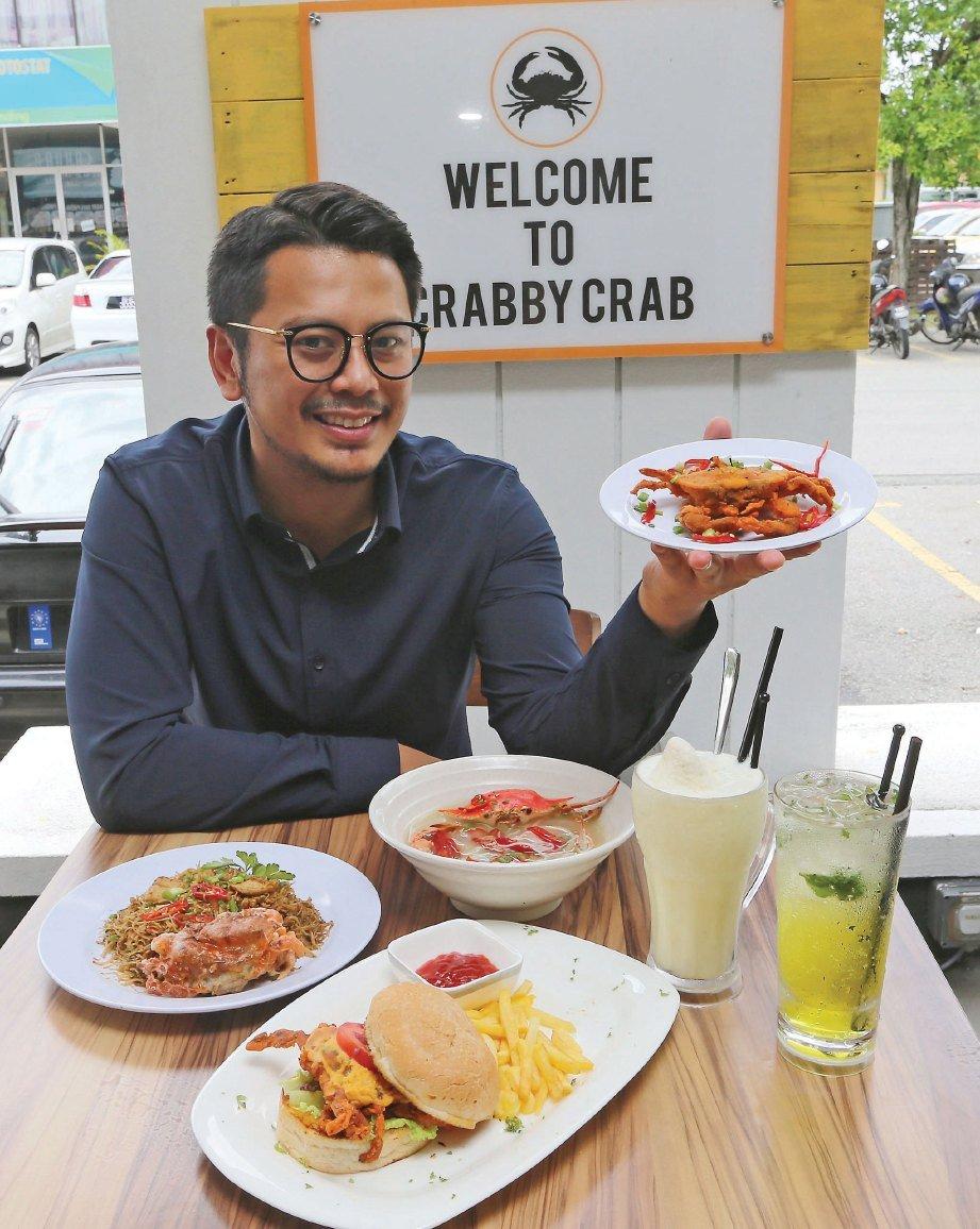 MOHD Ramdhanny bersama sajian ketam yang menjadi kegemaran ramai di Crabby Crab.