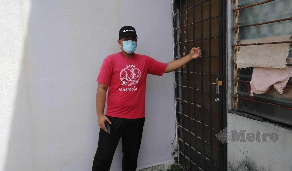 SYED Amir menunjukkan pintu dapur belakang yang diketuk seseorang dalam kejadian di Taman Cahaya 2, malam tadi. FOTO Amirul Aiman Hamsuddin