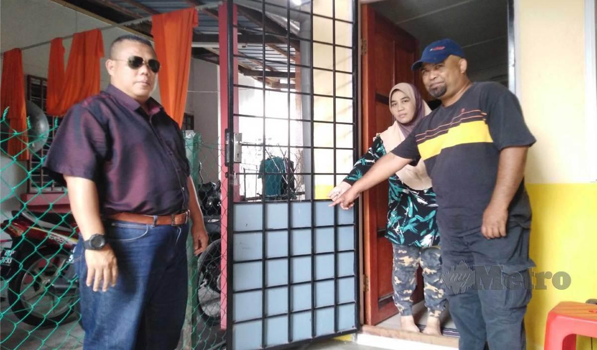 PASANGAN suami isteri, Salmiah dan Hairol menunjukkan jeriji pintu dapur rumah mereka yang digoncang sambil disaksikan  Zulkifli (kiri). FOTO Amirul Aiman Hamsuddin