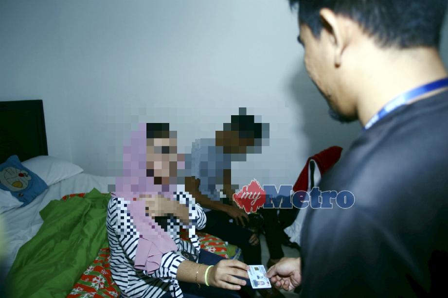 ANTARA pasangan yang diperiksa dalam operasi itu. FOTO Muhammad Zuhairi Zuber
