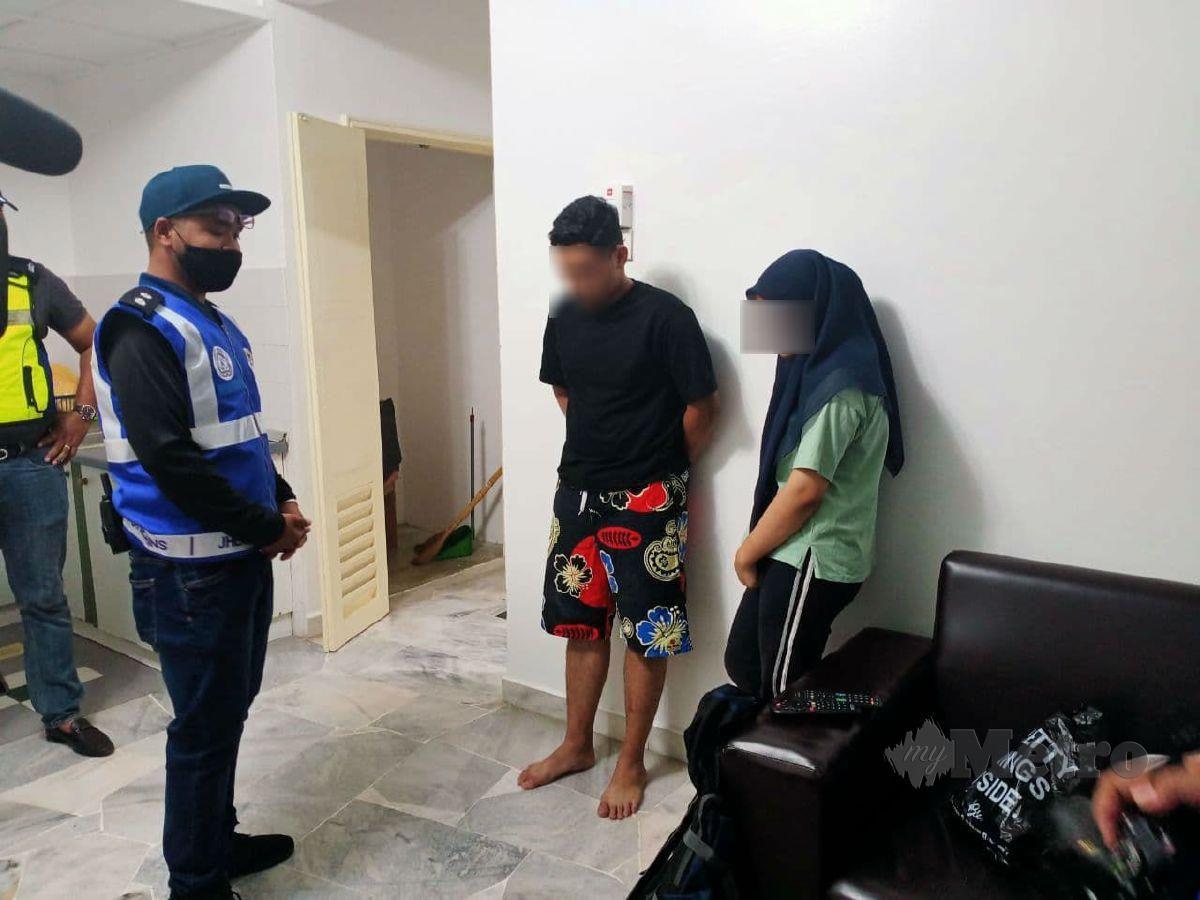 PASANGAN yang ditangkap berkhalwat sempena operasi ambang tahun baru di sebuah apartmen. FOTO Mohd Khidir Zakaria