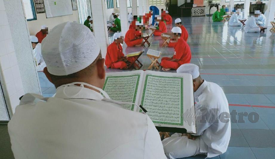 PENGHUNI penjara menyertai program Tadarus serta Khatam al-Quran sepanjang tempoh PKP di Surau Penjara Marang. FOTO AHMAD RABIUL ZULKIFLI