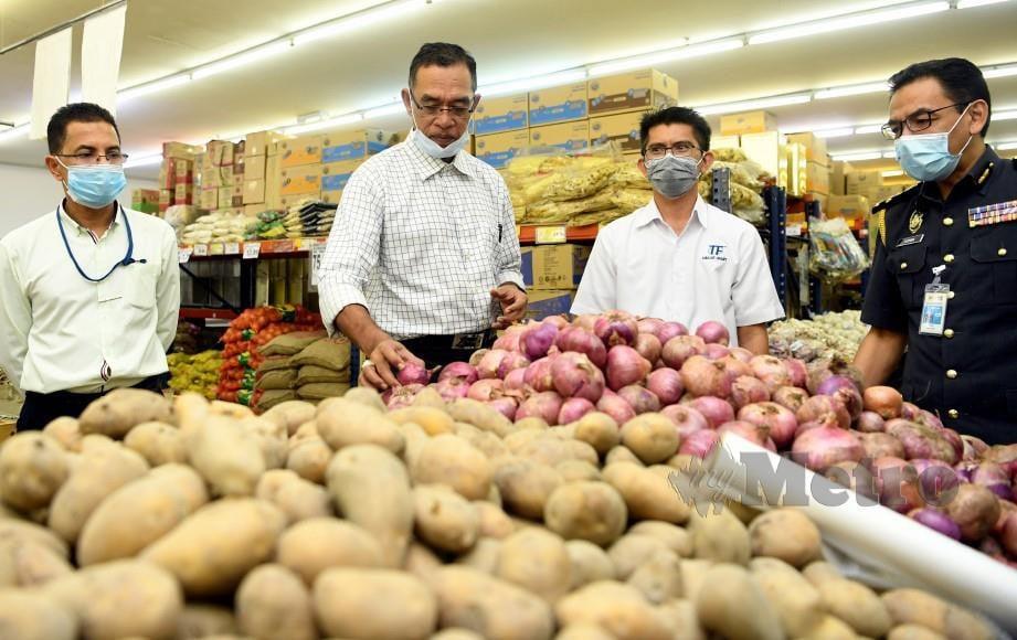 ROSOL Wahid (dua dari kiri) melihat kentang dan bawang yang dijual di sebuah pasaraya di Senawang ketika melakukan pemeriksaan hari ini. FOTO BERNAMA